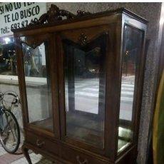 Antigüedades: VITRINA ART DECÓ DE MADERA DE CASTAÑO FABRICADO EN ORENSE POR JAIME I LOPEZ Y HNO. Lote 210677345
