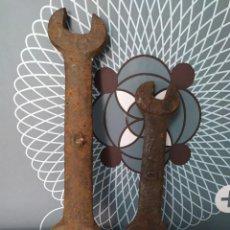 Antigüedades: DOS ANTIGUAS LLAVES DE MAQUINARIA AGRÍCOLA.. Lote 210686994