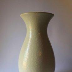 Antigüedades: IMPECABLE BÚCARO / JARRÓN FOREIGN AÑOS 50 BICOLOR. MARCA EN BASE. Lote 210699664