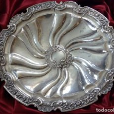 Antigüedades: GRAN BANDEJA DE PLATA DEL SG XIX, ELABORADA EN PLATA CON PUNZONES DE PLATERO. MIDE 43 CM. PESA 800. Lote 210700507