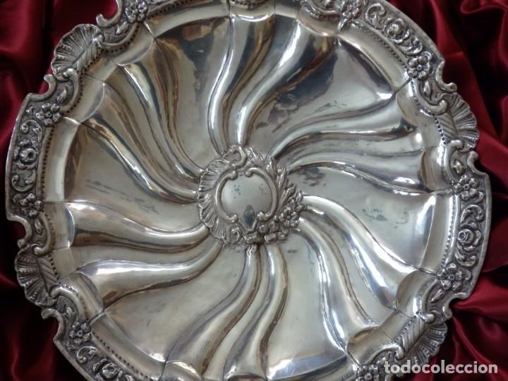 Antigüedades: Gran bandeja de plata del sg XIX, elaborada en plata con punzones de platero. Mide 43 cm. Pesa 800 - Foto 2 - 210700507