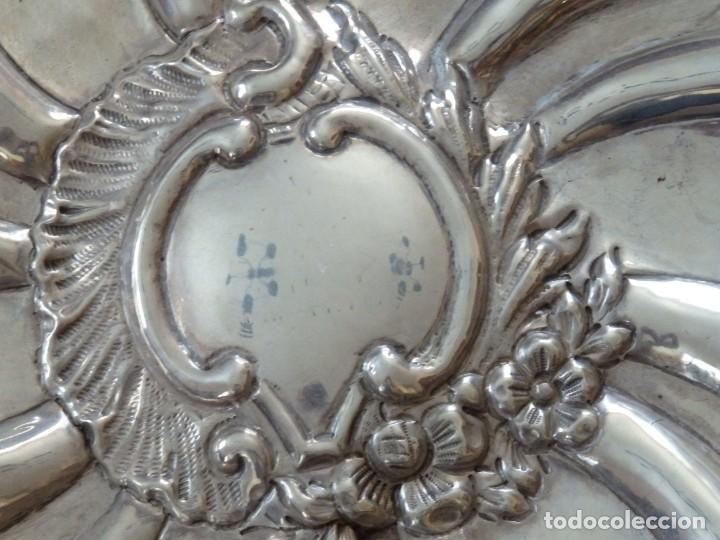Antigüedades: Gran bandeja de plata del sg XIX, elaborada en plata con punzones de platero. Mide 43 cm. Pesa 800 - Foto 5 - 210700507