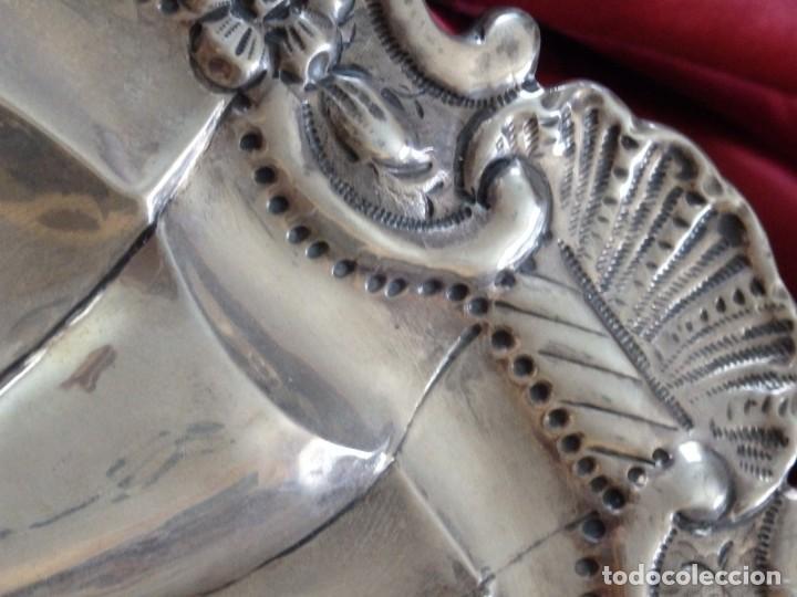 Antigüedades: Gran bandeja de plata del sg XIX, elaborada en plata con punzones de platero. Mide 43 cm. Pesa 800 - Foto 7 - 210700507