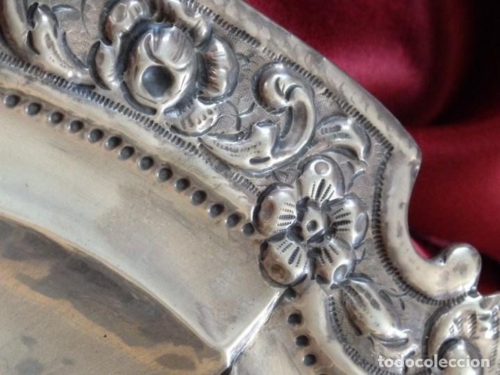 Antigüedades: Gran bandeja de plata del sg XIX, elaborada en plata con punzones de platero. Mide 43 cm. Pesa 800 - Foto 8 - 210700507
