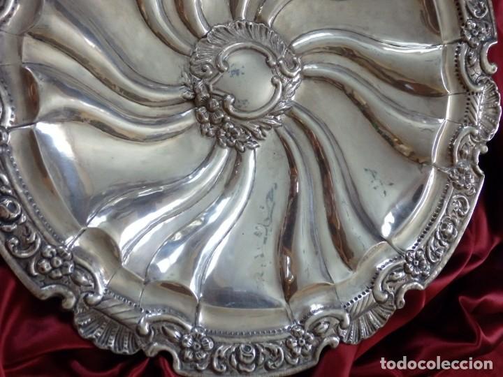 Antigüedades: Gran bandeja de plata del sg XIX, elaborada en plata con punzones de platero. Mide 43 cm. Pesa 800 - Foto 11 - 210700507