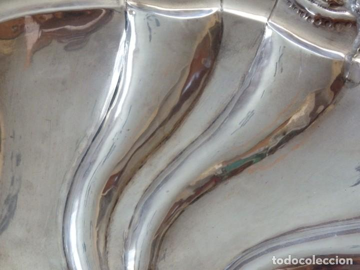 Antigüedades: Gran bandeja de plata del sg XIX, elaborada en plata con punzones de platero. Mide 43 cm. Pesa 800 - Foto 12 - 210700507