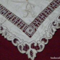 Antigüedades: ANTIGUO TAPETE DE HILO BORDADO A MANO EN RICHELIEU Y CALADOS, 42X42 CM. Lote 210719766