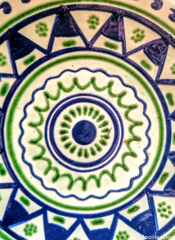 PLATO CERAMICO FIRMADO PUIGDEMONT - ETNICO EN VERDE·Y AZUL (Antigüedades - Porcelanas y Cerámicas - La Bisbal)
