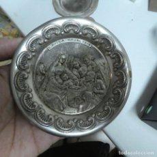Antigüedades: PAREJA DE PLATOS DE ALPACA DE TEMÁTICA NAVIDEÑA / NAVIDAD. Lote 210770854