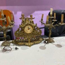 Antigüedades: RELOJ DE MESA ANTIGUO CON PAREJA CANDELABROS LAMPARAS ANTIGUOS. Lote 210799762