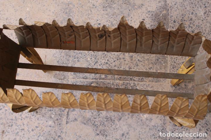 Antigüedades: MACETERO JARDINERA HIERRO FORJADO DORADO ESTILO SOL...HOJAS...AÑOS 60 - Foto 2 - 210803979