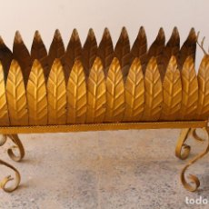 Antigüedades: MACETERO JARDINERA HIERRO FORJADO DORADO ESTILO SOL...HOJAS...AÑOS 60. Lote 210803979