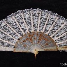 Antigüedades: ANTIGUO ABANICO DE TUL CON FUENTE Y GUARDAS DECORADAS (1900 +-). Lote 210826044