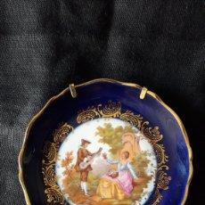 Antigüedades: ANTIGUO PLATO PORCELANA LIMOGES AZUL COBALTO Y FRAGONARD. Lote 48617099