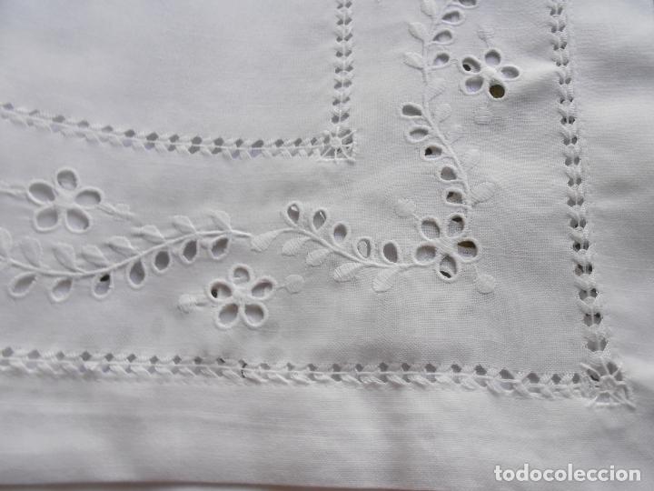 Antigüedades: Excepcional de grande manteleria beige claro 225 Redonda cm.12 Servilletas.Bordados y recortes.Nuevo - Foto 3 - 222029633