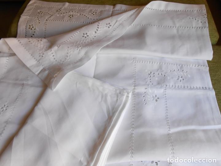 Antigüedades: Excepcional de grande manteleria beige claro 225 Redonda cm.12 Servilletas.Bordados y recortes.Nuevo - Foto 4 - 222029633
