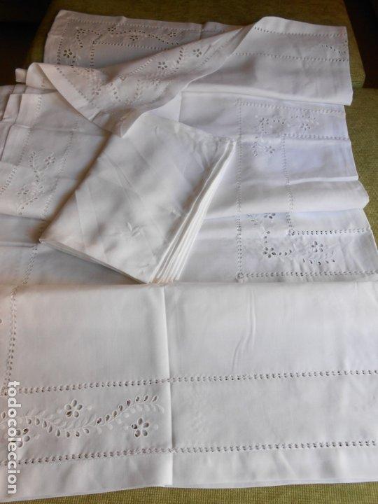 Antigüedades: Excepcional de grande manteleria beige claro 225 Redonda cm.12 Servilletas.Bordados y recortes.Nuevo - Foto 7 - 222029633