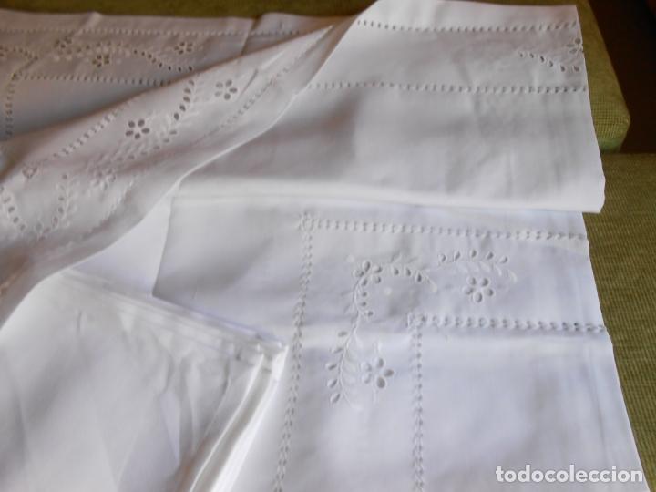 Antigüedades: Excepcional de grande manteleria beige claro 225 Redonda cm.12 Servilletas.Bordados y recortes.Nuevo - Foto 8 - 222029633