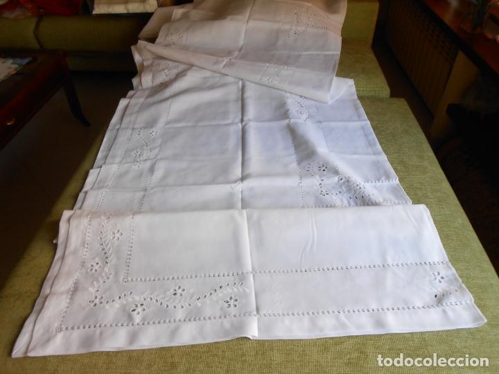 Antigüedades: Excepcional de grande manteleria beige claro 225 Redonda cm.12 Servilletas.Bordados y recortes.Nuevo - Foto 10 - 222029633
