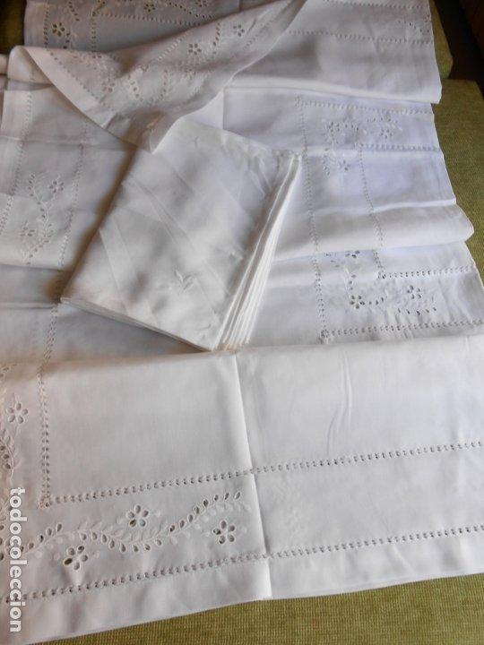 Antigüedades: Excepcional de grande manteleria beige claro 225 Redonda cm.12 Servilletas.Bordados y recortes.Nuevo - Foto 12 - 222029633