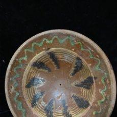Antigüedades: PLATO DE BARRO CON BONITA DECORACIÓN EN VERDE AMARILLO Y NEGRO.. Lote 210957884