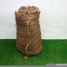 Antigüedades: CAPAZO GRANDE DE ESPARTO CON TAPA (SERO) PARA TRANSPORTAR ACEITUNAS.70 X 40 CM APROX.. Lote 210969629