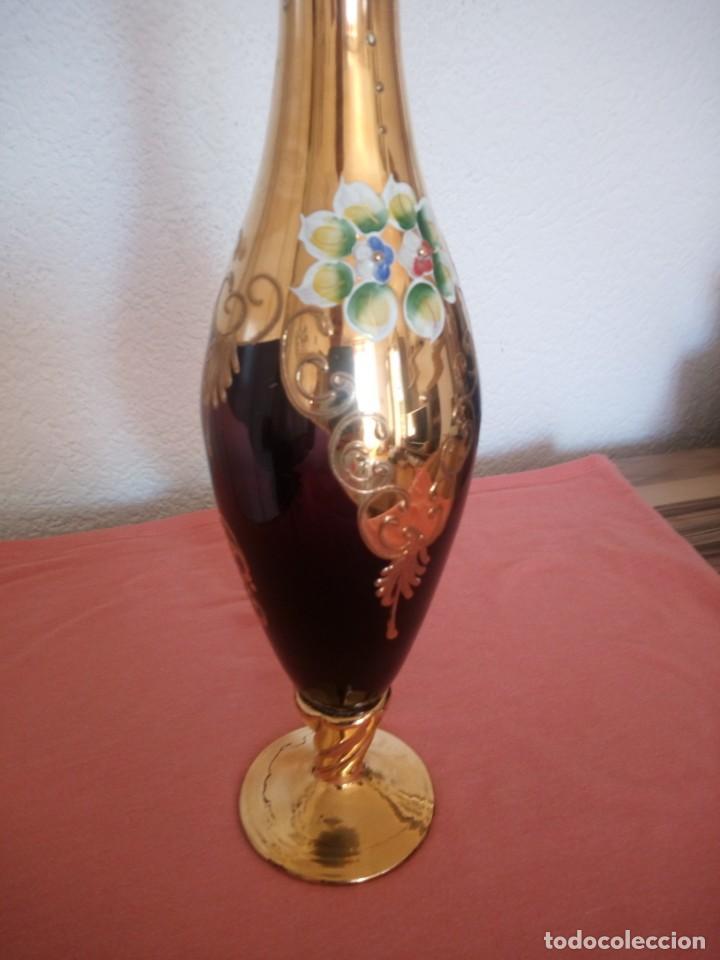 Antigüedades: Precioso jarron de cristal de murano,pintado a mano con oro y flores de porcelana en relieve,morado - Foto 4 - 211258307