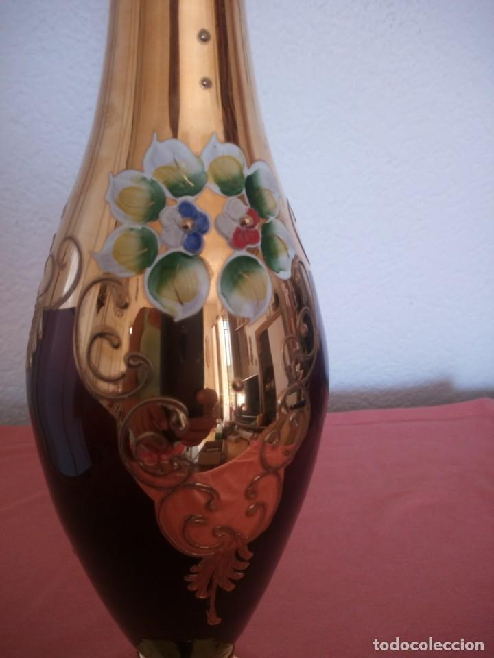Antigüedades: Precioso jarron de cristal de murano,pintado a mano con oro y flores de porcelana en relieve,morado - Foto 5 - 211258307
