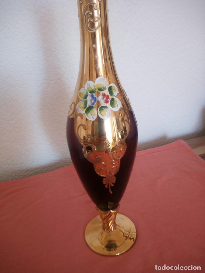 Antigüedades: Precioso jarron de cristal de murano,pintado a mano con oro y flores de porcelana en relieve,morado - Foto 8 - 211258307