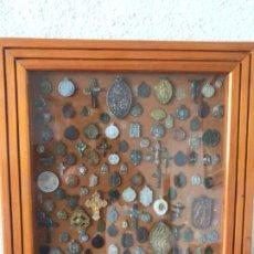 Antigüedades: LOTE DE 95 MEDALLAS RELIGIOSAS VIRGEN DE MONTSERRAT ETC. ALGUNAS DE PLATA.. Lote 211260711