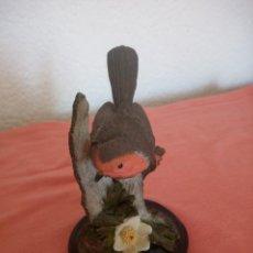 Antigüedades: BONITO PAJARITO CON PEANA DE MADERA, BIRD COLLECTION THE ROBIN LE ROUGE GEORGE,2002.RESINA. Lote 211273137