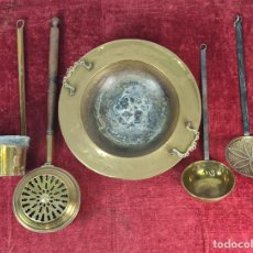 Antigüedades: CONJUNTO DE BRASERO, CALENTADOR DE CAMA Y CAZOS. LATÓN Y HIERRO FORJADO. SIGLO XX. Lote 211344431