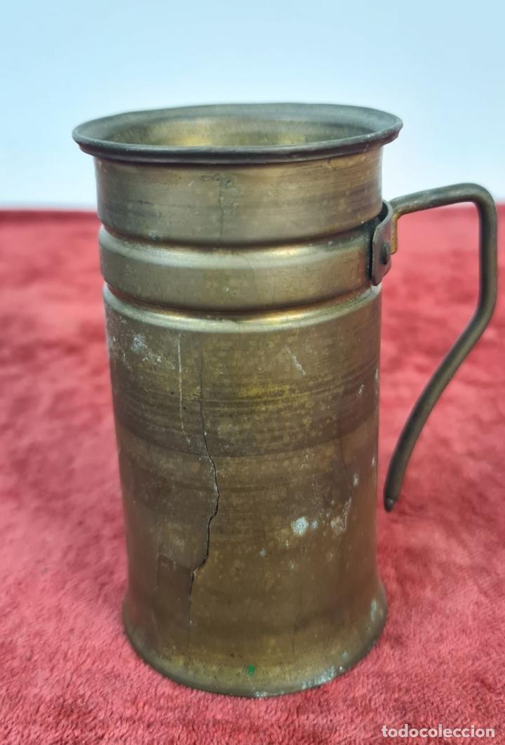 Antigüedades: CONJUNTO DE JARRAS. MESURAS PARA LÍQUIDOS. LATÓN. SIGLO XX. - Foto 3 - 211393249