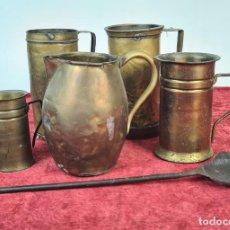 Antigüedades: CONJUNTO DE JARRAS. MESURAS PARA LÍQUIDOS. LATÓN. SIGLO XX.. Lote 211393249