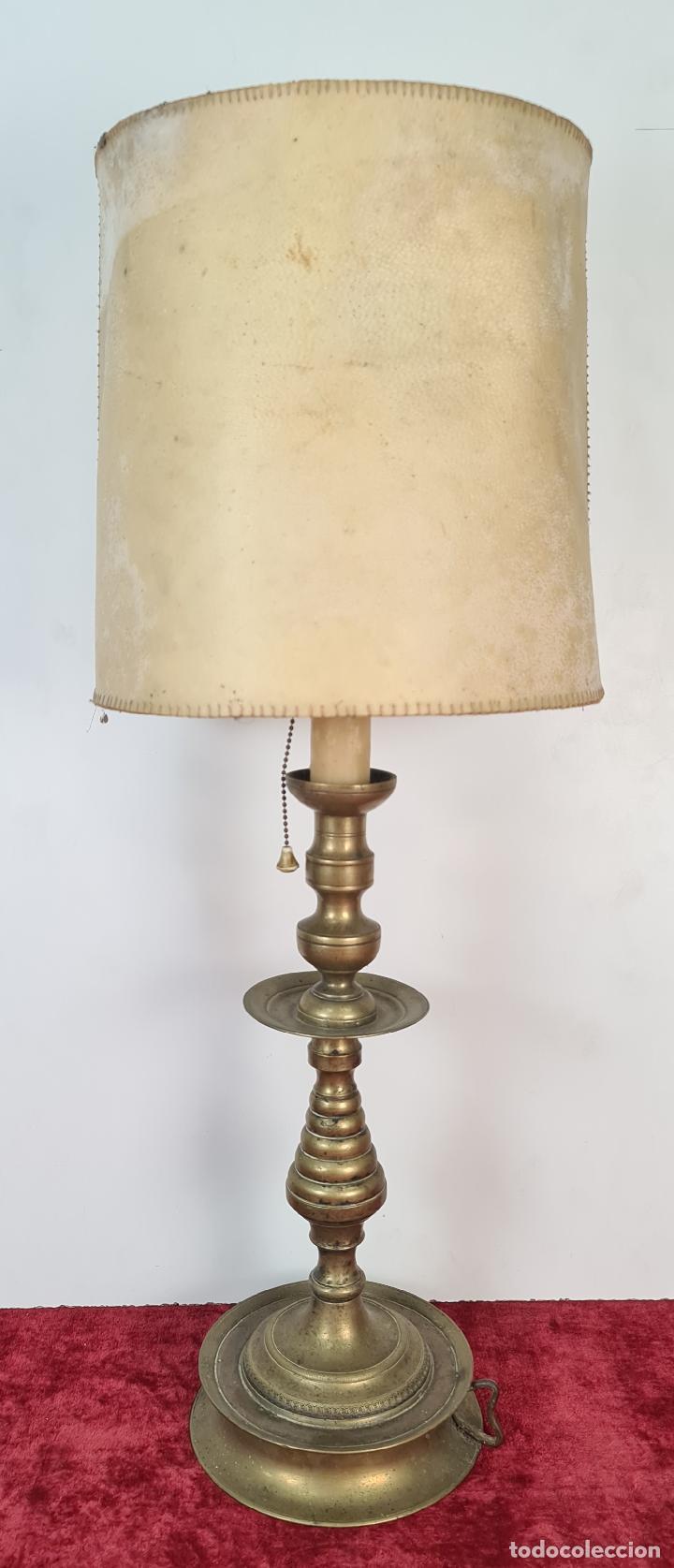 LÁMPARA DE SOBREMESA EN LATÓN. PANTALLA DE PIEL PERGAMINO. CIRCA 1930. (Antigüedades - Iluminación - Lámparas Antiguas)