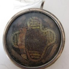 Antigüedades: ANTIGUO RELICARIO CON CABELLOS. INSCRIPCION ILEGIBLE. MARCO DE PLATA. DIÁMETRO 4,5 CM. Lote 211396436