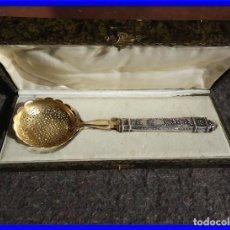 Antigüedades: CUCHARON DE PLATA Y PLATA DORADA IMPERIO CON PUNZONES PARA FRESAS. Lote 211402634