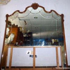 Antigüedades: GRAN ESPEJO DE RECIBIDOR CON MARCO DE MADERA TALLADA. Lote 211441879