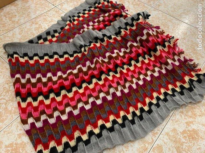 Antigüedades: Espectacular manton de punto de lana, Mide 190x60cms. Ideal tambien para pie de cama. impecable. - Foto 2 - 211456787