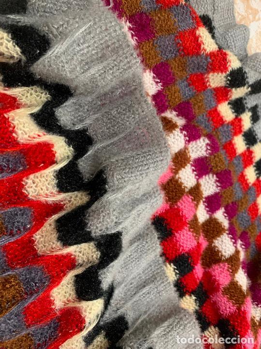 Antigüedades: Espectacular manton de punto de lana, Mide 190x60cms. Ideal tambien para pie de cama. impecable. - Foto 5 - 211456787
