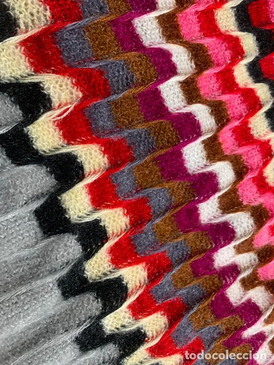Antigüedades: Espectacular manton de punto de lana, Mide 190x60cms. Ideal tambien para pie de cama. impecable. - Foto 6 - 211456787