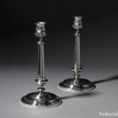 Antigüedades: PAREJA DE CANDELEROS EN PLATA. BARCELONA. PRIMERA MITAD DEL SIGLO XIX. ALTURA: 24 CM. PESO 567 GR. Lote 211457352
