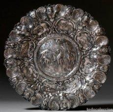 Antigüedades: IMPORTANTE BANDEJA EN PLATA REPUJADA Y CINCELADA. ESPAÑA. SIGLO XIX. DIÁMETRO: 48 CM. PESO: 976 G. Lote 211457737