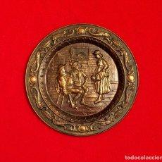 Antigüedades: ANTIGUO PLATO DE BRONCE REPUJADO DE ORIGEN INGLÉS.. Lote 211503369