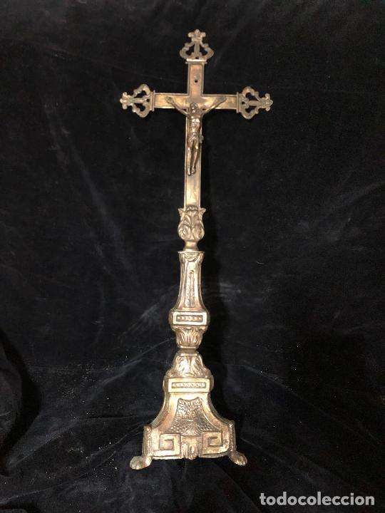 CRUZ DE ALTAR DE METAL CINCELADO A MANO LA BASE (Antigüedades - Religiosas - Cruces Antiguas)