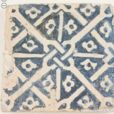 Antigüedades: AZULEJO GOTICO DE MANISES CON EL MOTIVO DE LOS HUESOS. SIGLO XV. 16 X 16 CM.. Lote 211527046