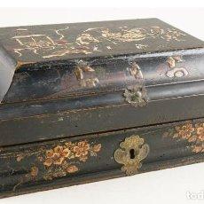 Antigüedades: PRECIOSA CAJA PORTA PELUCAS, MADERA TALLADA Y LACADA CON MOTIVOS ORIENTALES. CHINA, SIGLO XVIII.. Lote 211528636