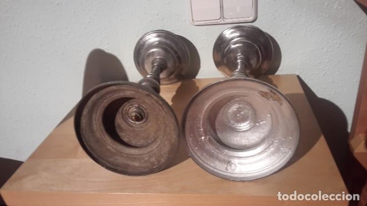 Antigüedades: pareja de candeleros de estaño siglo XVIII - Foto 2 - 211555414