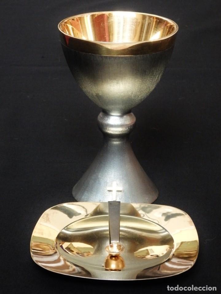 Antigüedades: Cáliz, patena y cucharilla en su estuche. Plata dorada y plata velada. Punzones de Ramón Sunyer. - Foto 3 - 211623361