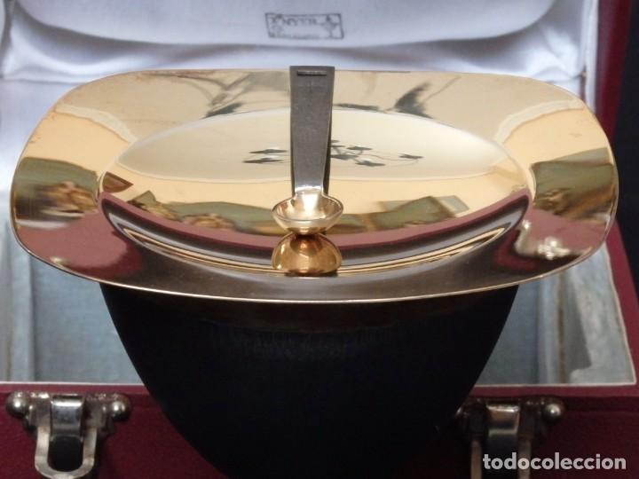 Antigüedades: Cáliz, patena y cucharilla en su estuche. Plata dorada y plata velada. Punzones de Ramón Sunyer. - Foto 5 - 211623361